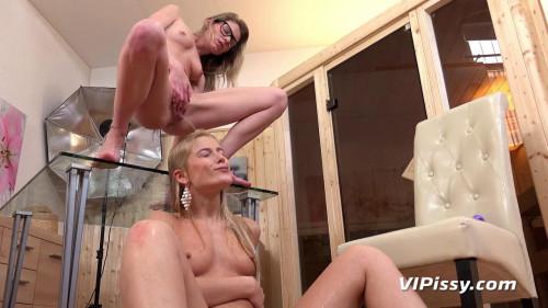 camera woman Peeing
