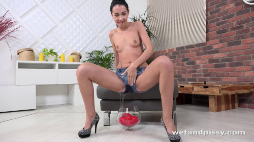 Mistica – Funny Lady Peeing