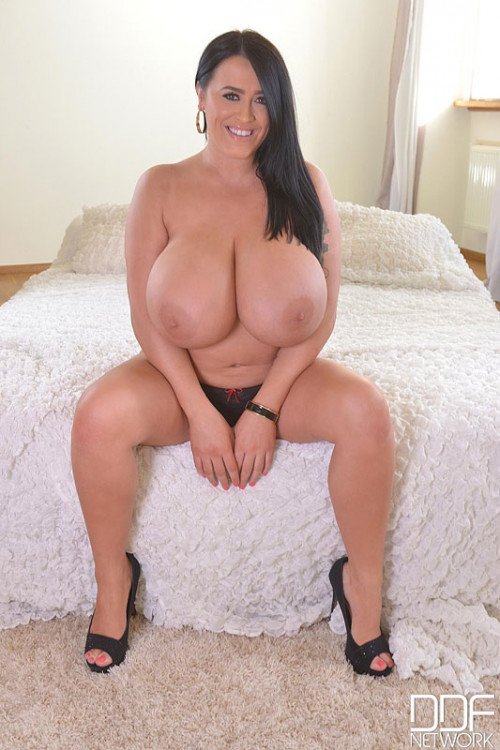 Leanne Crow - Busty British Goddess Gets Naked On Bed (2015) Big boobs