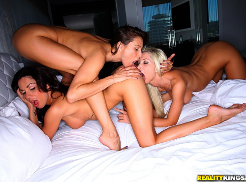 Double Team Making A Pretty Girl Have Consecutive Orgasms