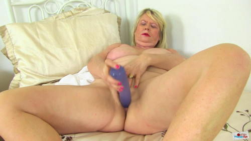 Huge tit bbw milgf elle masturbates with blue toy