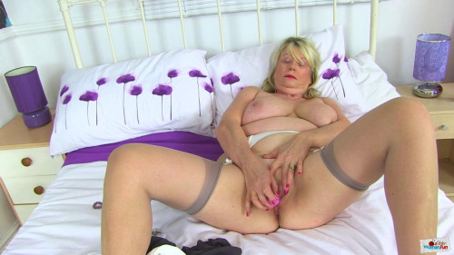Big ass busty milf slut elle masturbates at bed