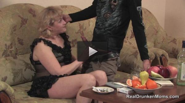 После бутылки мартини зрелую даму потянуло на секс