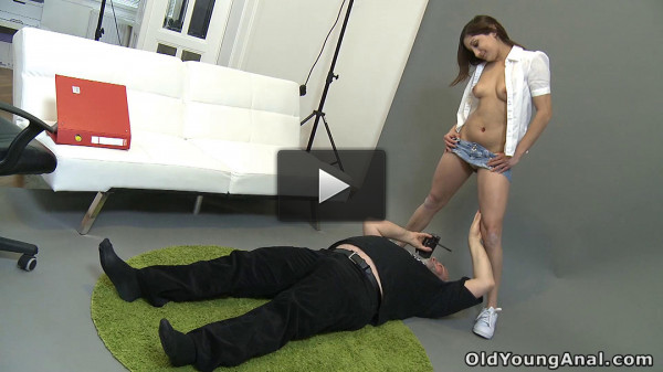 Teen cutie gets her tight asshole fucked by an old photographer after shooting