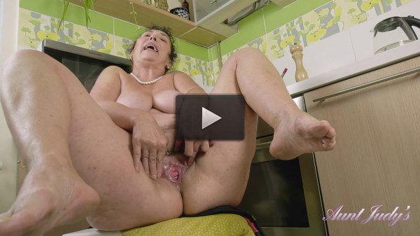 Busty milf esmeralda Four Finger Fucking In The Kitchen full hd
